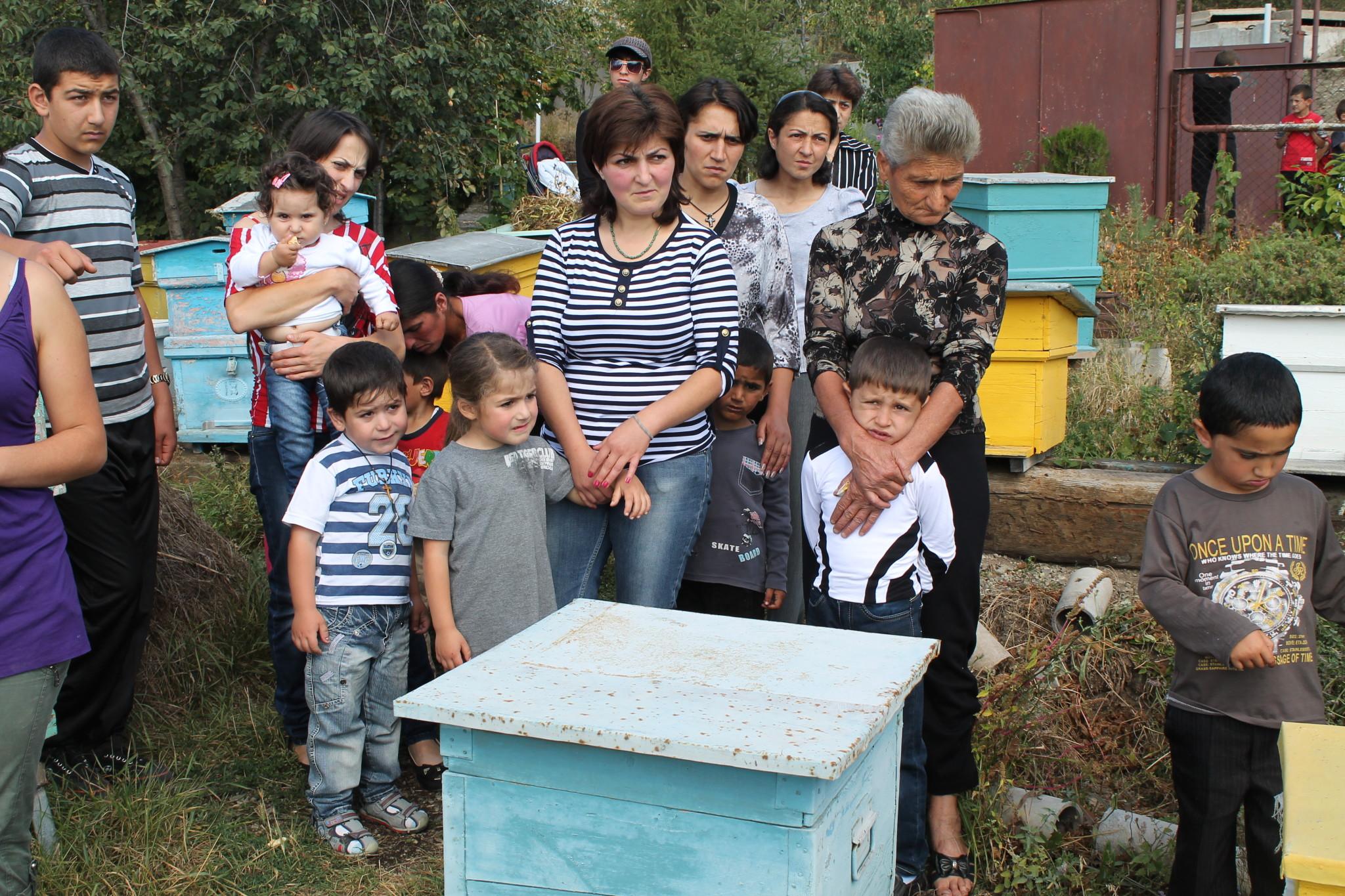 Armeni ontwikkelen bijenteelt bij arme gezinnen mensenkinderen - Een hellend land ontwikkelen ...